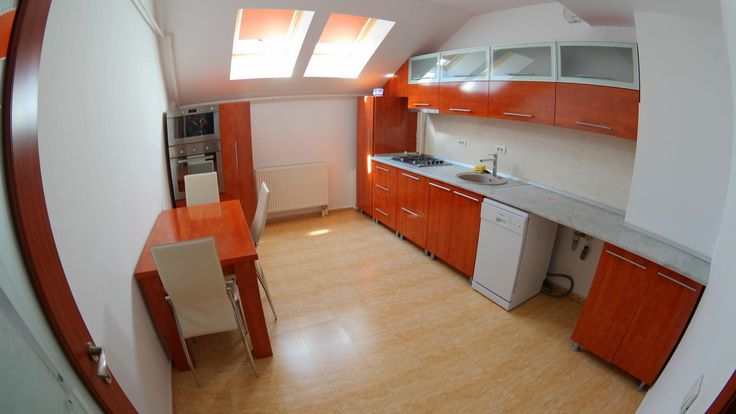PROPRIETATE REPREZENTATA EXCLUSIV DE AGENTIA PROPERTY LAB  Apartament complet decomandat, compusa din 2 camere dupa cum urmeaza : living, bucatarie,1 baie, 1 hol, 1 dormitor, dresing si desfasurata pe o SC=95 mp , situat la etajul 3/4 al unui bloc nou in centrul orasului  Dotarile includ: