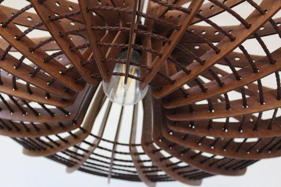 FELLYFISH_ colgante de luz, lámpara de madera, iluminación, madera contrachapada colgando, diseñador de luz, luz de techo, luminaria, lámpara colgante  Esta lámpara de diseño único puede ser un complemento perfecto y una hermosa pieza para el dormitorio, comedor y sala de estar. También es conveniente para un proyecto de iluminación en un restaurante, bar y hotel. Puede hacer una orden personalizada en color y tamaño preferido.   MATERIALES  Madera contrachapada, corte del laser trenza de…