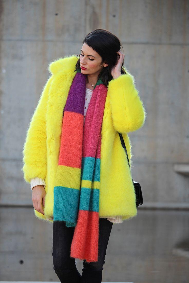 Look a todo color: Abrigo de pelo amarillo, bufanda multicolor y jersey con bolitas