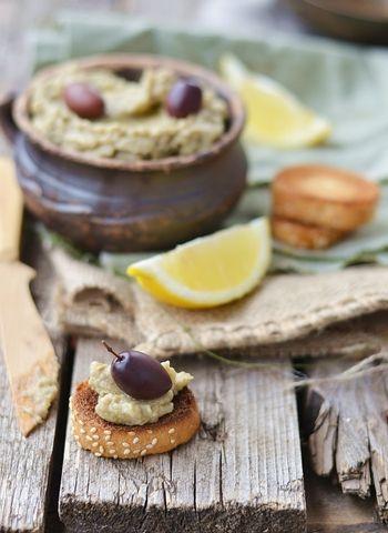 Baba ghanoush   Oppskrift  2 auberginer 1 løk i skiver 2 fedd hvitløk, finhakket Olivenolje Salt Lag godt med hull i auberginene med en gaffel. Varm ovnen til 250 grader (høyeste temperatur) og legg inn i auberginene. Gi dem en en time i ovnen. Når de er avkjølte, skraper du innmaten over i en bolle. Bland med løk, hvitløk og olje og kjør blandingen med en stavmikser. Smak til med salt og la dipen avkjøles helt før servering.