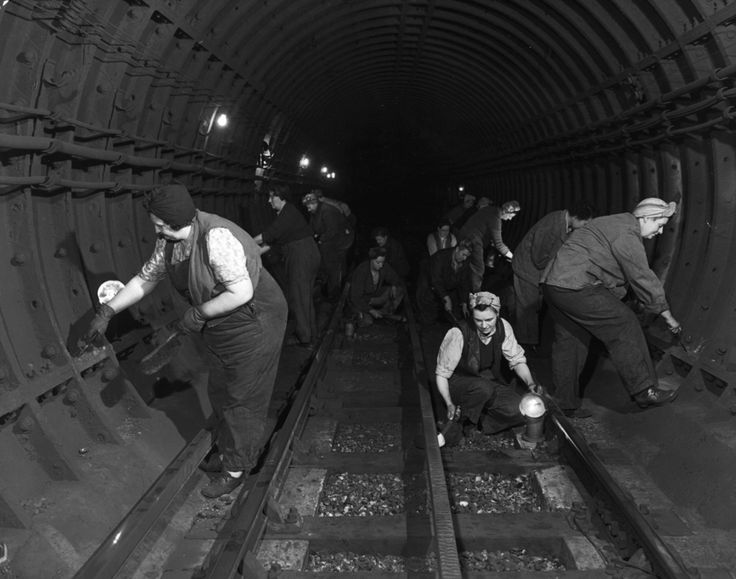 31 Gorgeous Photos Of The London Underground In The '50s And '60s