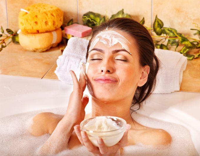 Дори и в домашни условия, ние разполагаме с мощни средства и продукти, които определено могат да се погрижат за  кожа на лицето ни.