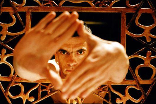 Philippe Decouflé (1961) est un danseur et chorégraphe français de danse contemporaine. Chorégraphe populaire, devenu célèbre grâce à la mise en scène des cérémonies d'ouverture et de clôture des Jeux olympiques d'Albertville en 1992, il a constitué une compagnie de danse éclectique et inventive, rencontrant un grand succès auprès du public depuis les années 1990. #danse #france #decoufle