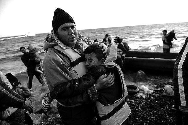 Niño sirio abraza a su padre llorando al desmbarcar en la costa griega Fuente: usnews.com