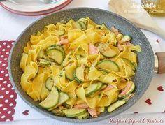 Le tagliatelle al salmone con zucchine oltre ad essere un primo piatto gustoso e molto facile da preparare sono anche veloci da portare in tavola.