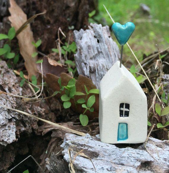 Keramische miniatuur huis met Aqua blauw hart door Tasha McKelvey-Ready te verzenden  Weinig kleine huis en hart beeldhouwkunst - maakt een grote fairy tuin toevoeging of decoratief accent aan uw vensterbank van de keuken.  Gemaakt van high-brand wit aardewerk klei.  grootte: over 0.75 inch x 2 inch  Komt cadeau verpakt!  -------------------------------------------- * Opmerking over verpakking en verzending -------------------------------------------- Ik neem veel zorg aan het verpakken van…