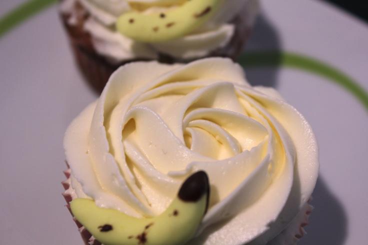 Estos son de platano y chocolate (receta de Cupcakes y tartas) con buttercream de chocolate blanco y platanitos de fondant...