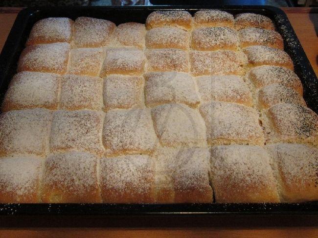 Leichte Buchteln aus sahnig-butterigem Hefeteig. Diese Buchteln schmecken auch fast nach 3 Tagen wie frisch gemacht.