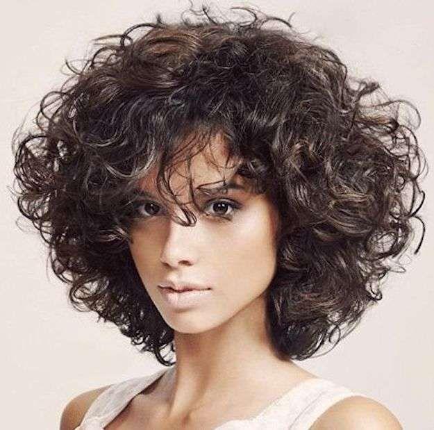 Pelo rizado con flequillo: fotos de los cortes de pelo - Cabello corto con flequillo rizado y volumen