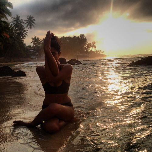 """O esquecimento freqüentemente é uma graça. Muito mais difícil que lembrar é esquecer. Fala-se de """"boa memória"""", não se fala de """"bom esquecimento"""". Como se esquecimento fosse apenas memória fraca. Não é não. Esquecimento é perdão, o alisamento do passado, igual ao que as ondas do mar fazem com a areia da praia durante a noite. Rubem Alves"""