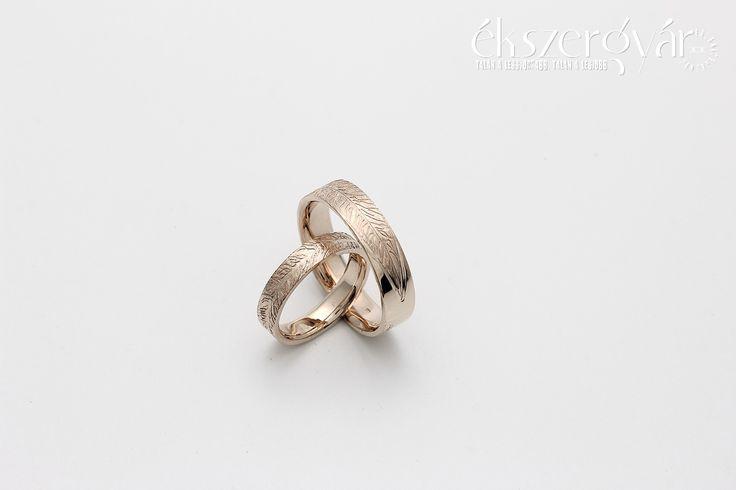 Levélerezetes arany jegygyűrűk. https://ekszergyar.hu/szolgaltatasaink/jegygyuru-karikagyuru/