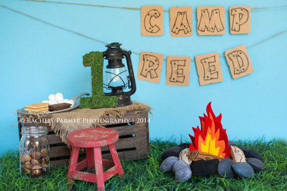 Votre tout-petit vont adorer jouer autour du feu de camp sur les jours de froid ou de prétendre quils sont camping quand il fait chaud ou que diriez-vous de torréfaction des guimauves pour s mœurs ? (Vendu séparément)    Ce feu de camp feutre auront sûrement vos petits occupés à faire notre feutres griller des guimauves (vendus séparément).    Comprend :  Fire - mesure 6 1/4 x 9 1/4. 2 séparer les morceaux (15,87 cm x 23 cm)  4 journaux - mesures (17.15 cm x 6.63 cm) 6-3/4 x 2-...