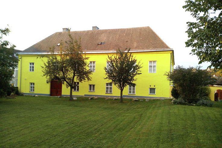 Hohe Schule Top 3  Dit is een royaal vakantieappartement (80m2) in de regio Niederösterreich op de begane grond van een voormalig schoolgebouw. Het appartement geeft directe toegang tot de binnenhof en de tuin. Dit historische pand dateert uit de zestiende eeuw en is tegelijk gebouwd met de nabijgelegen kerk en het kasteel. De hal van het huis met gewelfd plafond staat onder monumentenzorg. Deze vroegere hogeschool beschikt over een royale tuin en voorplaats. De tuin is heel ruim en heeft…