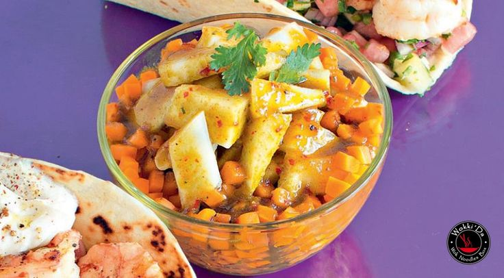 Сегодня в рубрике #Рецепты Азии салат с дыней в азиатском стиле ИНГРЕДИЕНТЫ дыня весом примерно 1,5 кг 2 ст.л. кунжутного масла 1 ст. л. соевого соуса 2 ст. л. оливкового масла «экстра вирджин» несколько перьев зеленого лука 1 красный перец чили 3 морковки кинза чеснок соль, свежемолотый перец ПРИГОТОВЛЕНИЕ Шаг 1 Дыню разрежьте пополам, удалите семена и кожуру, нарежьте мякоть ломтиками толщиной 1 см. Смешайте 2 ст. л. кунжутного масла, 1 ст. л. соевого соуса, 2 ст. л. оливкового масла…