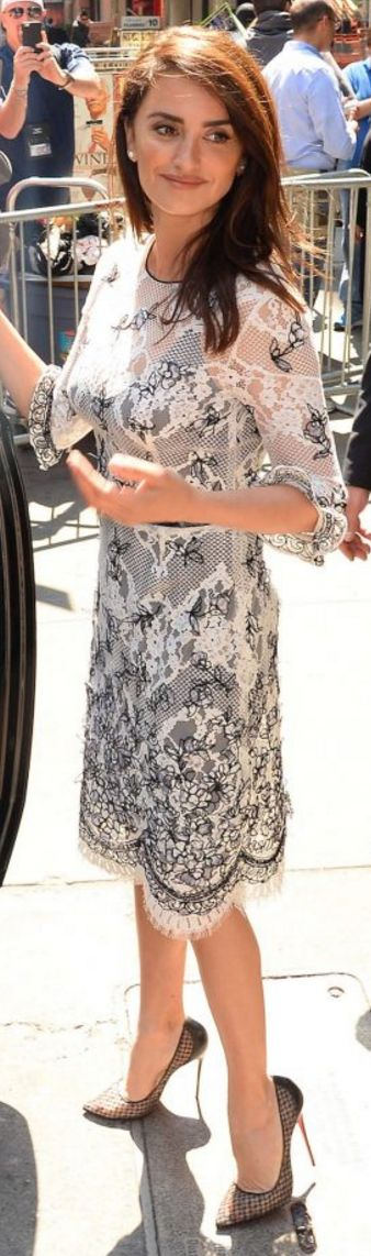 Penelope Cruz in Earrings – Vita Fede  Dress – Oscar de la Renta  Shoes – Christian Louboutin