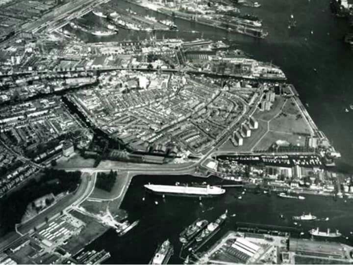 Wilhelminahaven richting Merwedehaven in het midden de wijk de Gorzen in 1970