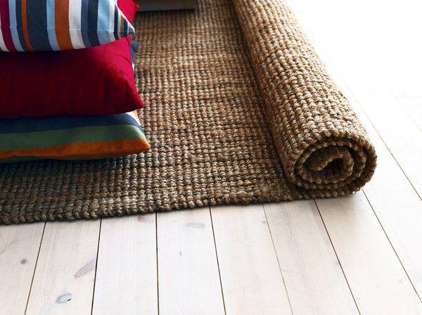 Le coco est une matière 100 % naturelle et robuste. Traité, puis tissé à la main, il présente un aspect rustique, un peu râpeux. Ses couleurs, un peu limitées, pour rester naturelles, vont du brun au beige. Sa fibre cumule les avantages, c'est une matière qui garde peu la poussière et ses fibres sont les moins chères du marché. Néanmoins, le tapis en coco apprécie peu l'humidité. Tapis en coco Tarnby 180 x 250 cm, à partir de 69,90 €, Ikea.