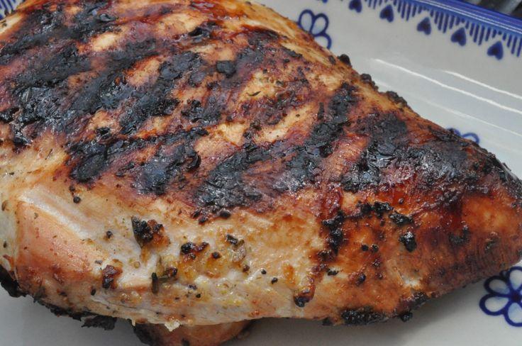 I dag skal du høre om den lækreste - og nemmeste - grillret.  Grillet kalkunbryst med en sommerlig frisk marinade af citron, hvidløg og timian. Skøn marinade, som du sagtens også kan bruge til koteletter, svinemørbrad, kylling eller