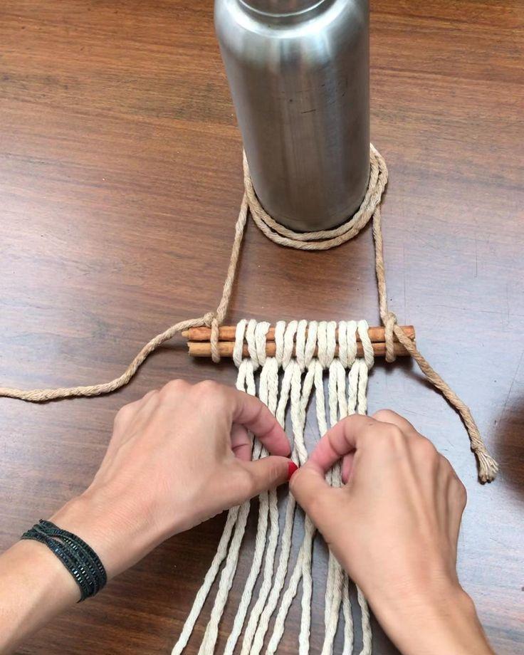Hacemos un tapiz con hilo de algodón , y lo tejemos sobre ramitas de canela. También te mostramos un poco  el detrás de escena . #inspirateencasa Macrame Design, Macrame Art, Macrame Projects, Macrame Wall Hanging Patterns, Macrame Patterns, Diy Dream Catcher Tutorial, Rope Crafts, Crochet Motifs, Bracelet Crafts