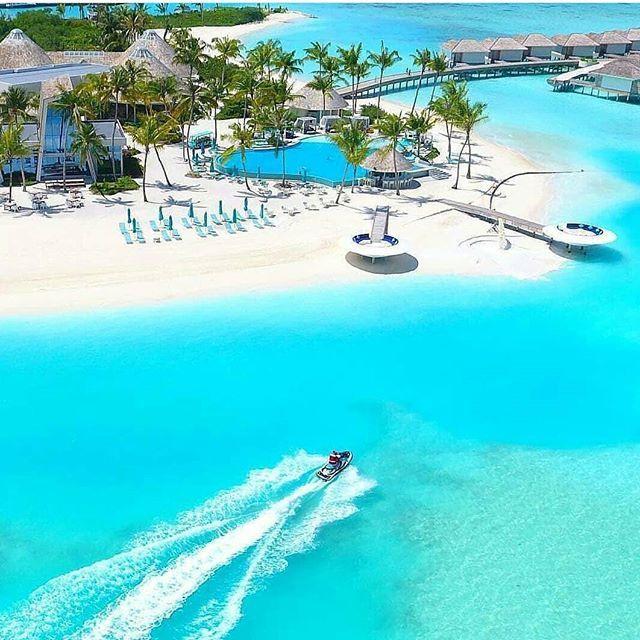 Kendinizi, okyanus üzerindeki villanızın hamağında keyif yapıp, kitap okuyup ya da turkuaz denizin tadını çıkarıp, güneşlenirken hayal ediyorsanız, Maldivler kesinlikle doğru tercih olacaktır. 💙💙💙 Havaalanından tekneyle ahşap bungalovlara ulaşmak bile yeterince keyifli değil mi? 💙 Maldivler'de sizi zorlayacak tek şey; hangi atoll (ada) ve hangi otelde konaklayacağınıza karar vermek! 💙💙💙  Hayalini kurduğunuz seyahatler için bizi arayabilirsiniz 💙  Travel@julesverne.com.tr  0212 266…