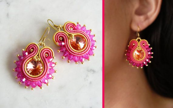 Soutache Earring, Handmade Earring, Hand Embroidered, Soutache Jewelry, Handmade from Italy, OOAK --------------------------------------- Earring handmade by me with soutache embroidery technique. ITEM DETAILS: -Colors: pink, yellow, gold. -Materials: soutache string, Swarovski crystals, beads. -Size Earrings: 4 cm. -Back: finished with artificial leather. -Earring Material: brass. Come to see the other creations available in my shop: https://www.etsy.com/it/shop/LaviBijoux -----...