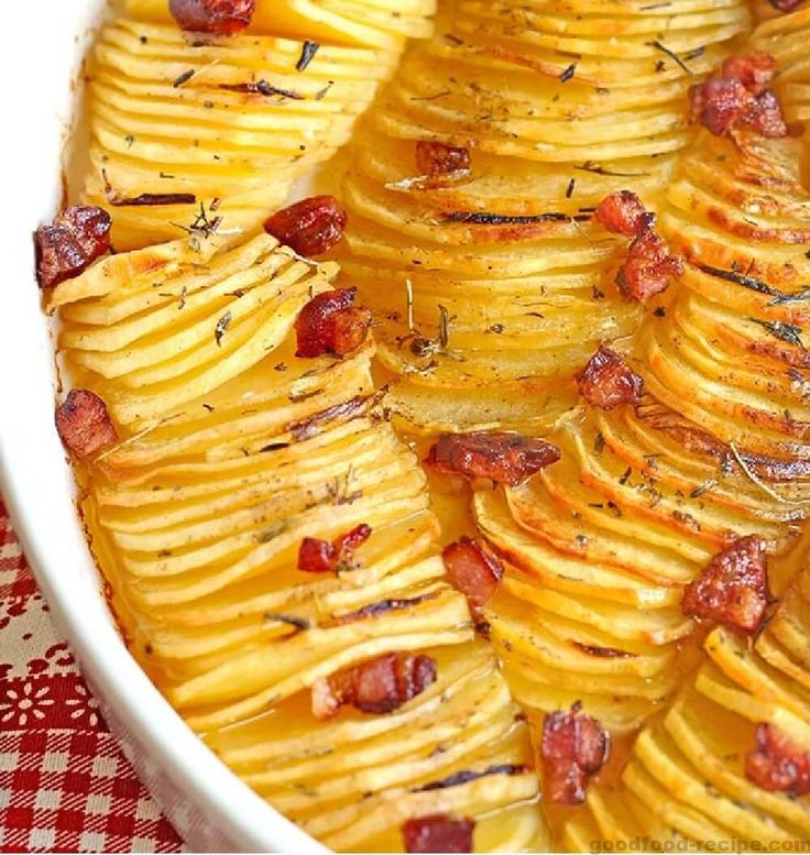Toppingul pentru cartofi poate fi ce vreti voi. Este un prilej bun sa folositi mezelurile ramase de prin frigider. Cartofi crocanti evantai Numai priviti la acesti cartofi crocanti evantai de mai s…