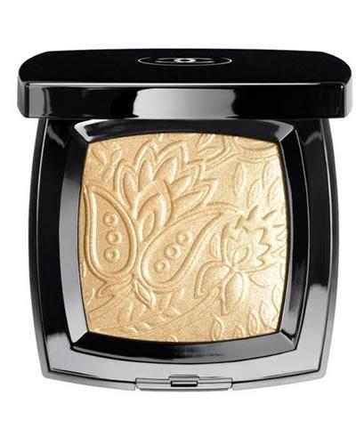 Peter Philips ha creato per la collezione Bombay Express una speciale polvere oro all over, perfetta per illuminare occhi e guance: la cialda riproduce in rilievo il motivo di una stoffa in broccato, proveniente da una collezione Chanel del 1960 (disponibile da giugno solo alla Rinascente di Milano).
