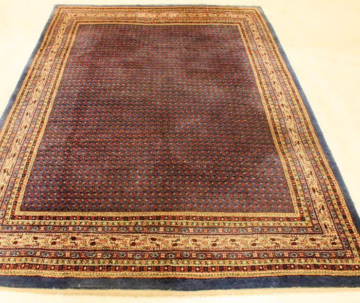 Aangeboden wordt een met de hand geknoopt Perzisch oosters tapijt.  Deze tapijten zijn gemaakt in regio's beroemd om het knopen.    Kijkt u alstublieft naar het tapijt met geduld en aandacht. Van elk handgemaakt tapijt zijn de tekening, schoonheid en kleurharmonie uniek en daarom een kunstwerk op zichzelf.  Provincie Sarough Mir  Gemaakt in Iran.  Beste hooglandwol  Ca. 300.000 knopen per vierkante meter.  Afmetingen tapijt: 230 x 310 cm  Veilingnummer: 2562 Met certificaat van echtheid…