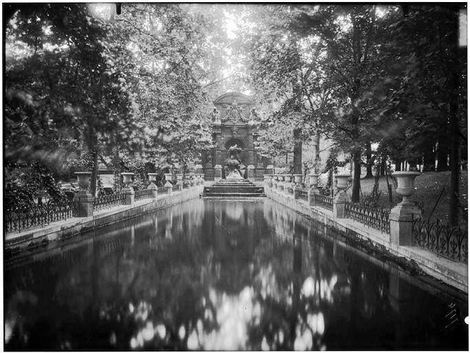 Fontaine Medicis Eugène Atget Paris 1906.