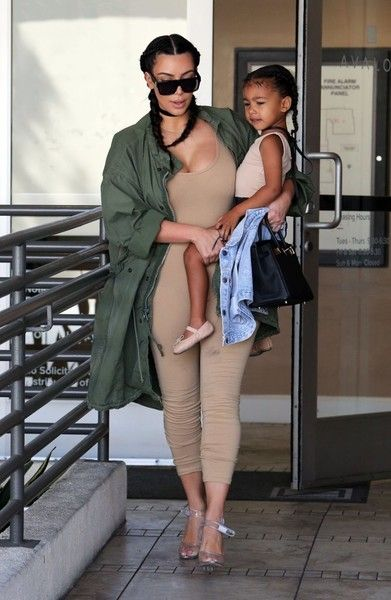 Kim Kardashian Photos - Kim and Kourtney Kardashian Arrive on a Flight at LAX - Zimbio
