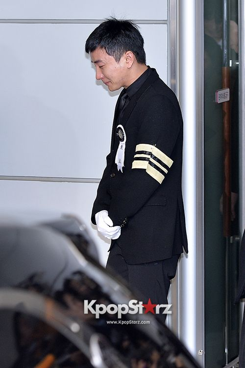 Super Junior's Leader #Leeteuk at the Funeral for His Father and Grandparents - Jan 8, 2014 [PHOTOS] More: http://www.kpopstarz.com/articles/72698/20140108/super-juniors-leader-leeteuk-funeral-father-grandparents-jan-8-2014.htm