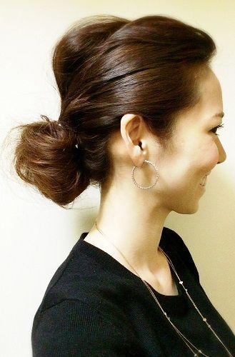 5分でできる、ミディアムヘアの簡単アレンジ。 1.全体をコテで巻く 2.前髪と後ろ髪を一つにざっくりゴムで結び、毛先は最後まで通さずゴムに引っかけてお団子を作る 3.トップとお団子の髪を、それぞれバランスを見ながら少し引き出せば完成 #anecan #hairstyles #hairstylesformediumhair