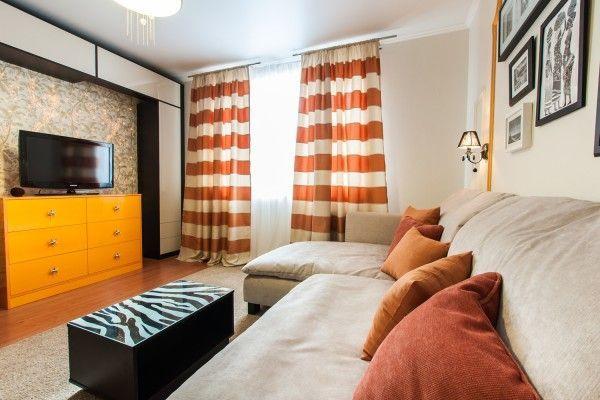 Полосатые шторы в бежево оранжевый интерьер