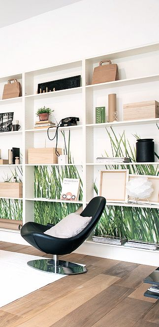 трава. низ стен у окна.   Via NordicDays.nl   Swedish Apartment with a Touch of Green