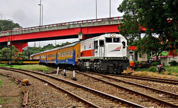 Melintas di bawah kolong Jembatan Mayangkara memasuki areal Stasiun Wonokromo dari arah selatan.