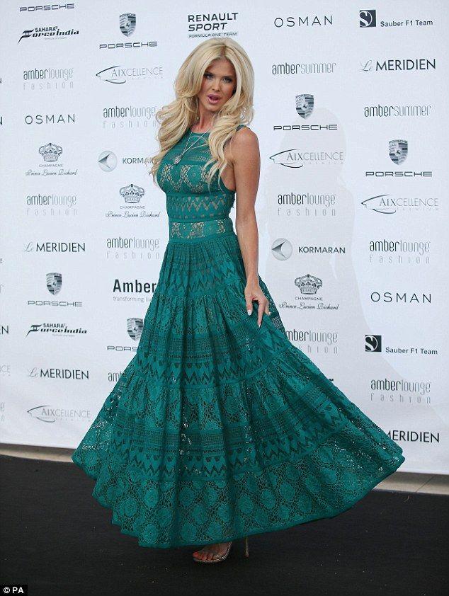 Остановит всю работу: Виктория Сильвстедт ошеломлен в элегантный, нефрита цветной платье на показе мод Amber Lounge в Монако в пятницу