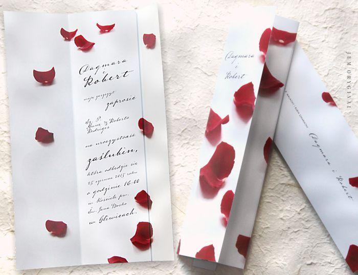 Motywem przewodnim są gubione płatki czerwonej róży. / The leitmotif is dropping red rose petals.