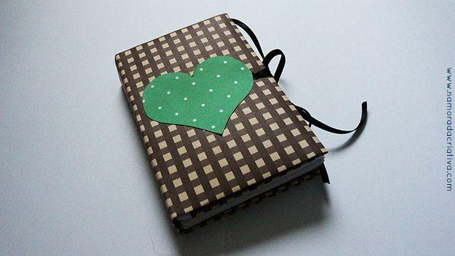 Hoje trouxe para vocês duas ideias em uma, o passo a passo de um caderninho em origami e também o alfabeto do amor, mais um clássico dos mimos para namorados. Acredito que vocês vão gostar bastante do tutorial do caderninho, eu adoro fazer ele pois fica muito fofo, é rápido de fazer e gasto pouco material! Ensino tudo neste vídeo:  Segue abaixo algumas páginas que fiz:   Como eu disse no vídeo, o ideal é que você mesma escreva seu alfabeto, usando palavras e sentimentos que tem tudo a ver…