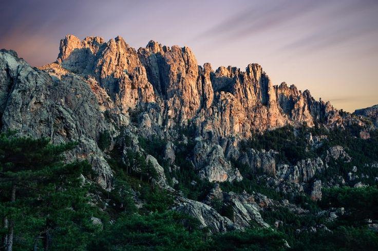 """Les aiguilles de Bavella. Au cœur de l'Alta Rocca se dresse l'un des paysages les plus étranges de Corse. Les aiguilles de Bavella ou """"tours d'Asinao"""", paradis des randonneurs et des alpinistes, sont considérées par beaucoup comme le plus beau col de Corse."""