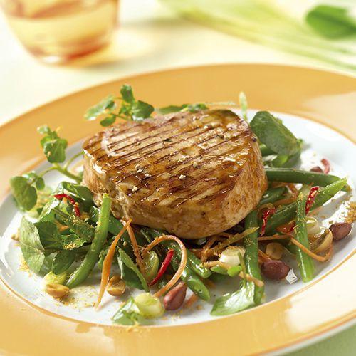 Gegrilde tonijn op een oosterse salade. Kijk voor de bereidingswijze op okokorecepten.nl.