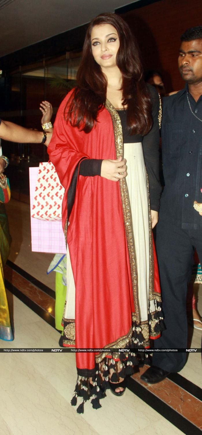 Pics: Aishwarya's 24 carat smile http://movies.ndtv.com/photos/aishwarya-s-24-carat-smile-12939