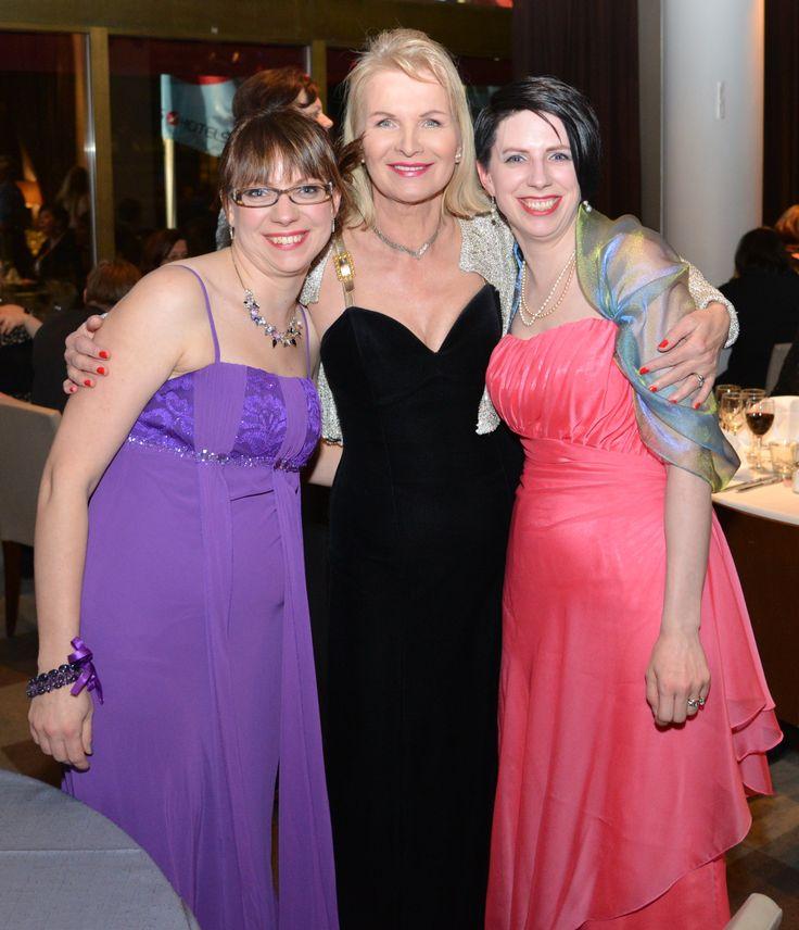 2013 pääsin kuvaan Oriflamen toimitusjohtajan Rakelin kanssa. Vasemmalla puolella on siskoni Heli ja itse olen oikealla puolella.