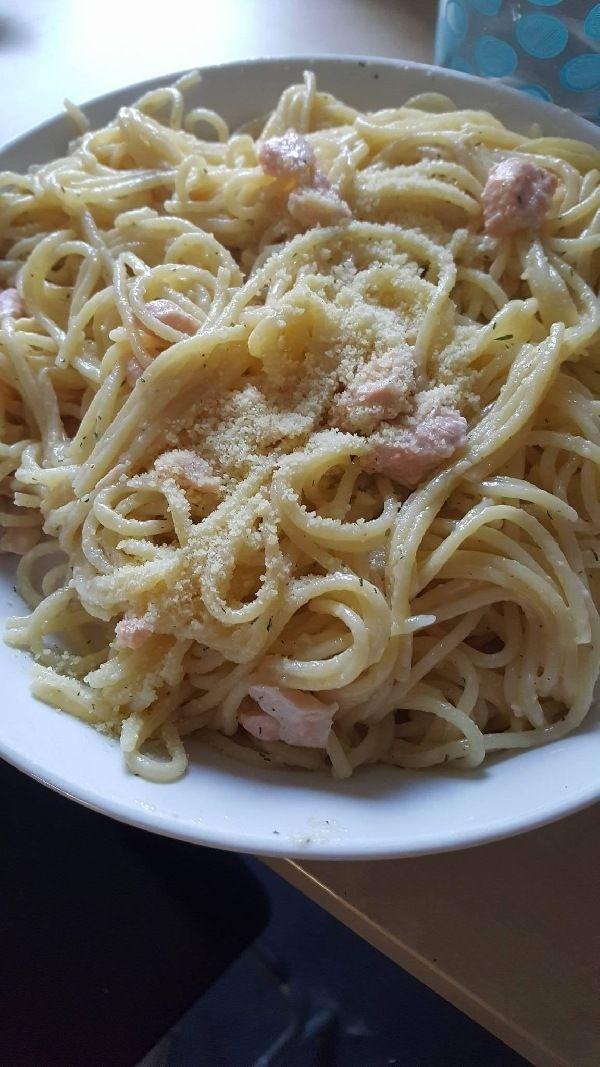 Aangezien je graag pasta en vis eet, is deze voor jou Phoebe. Dit is een recept voor 4 personen. Benodigdheden 400 gram spaghetti zout 300g zalmfilet