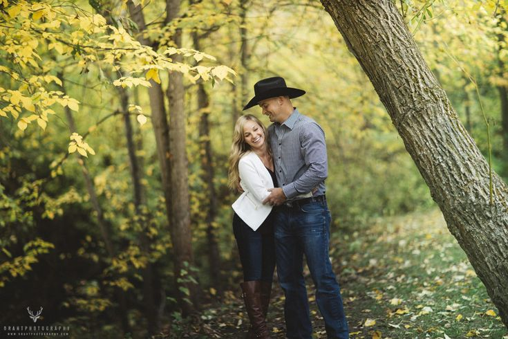 Fall is a perfect time for that romatic shoot!  - Draht Photography