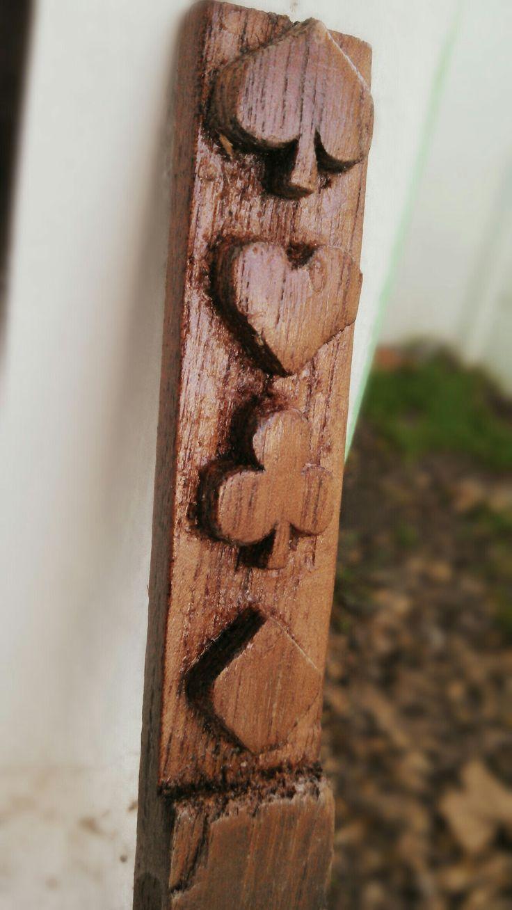 Logos tallado en madera de cedro