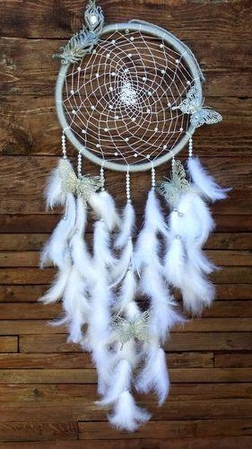 Krásny bohato zdobený lapač snov s dekoráciou motýľov spríjemní atmosféru vášho domova.