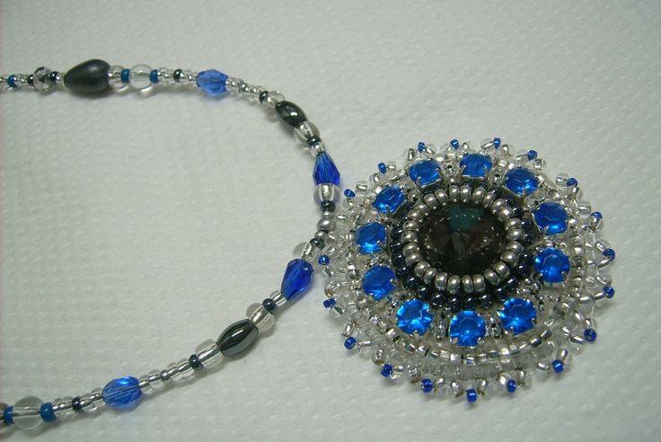 Eladva Ny-545. Szürke, kék és kristály színű, üveg gyöngyös, hímzett medálos nyaklánc.