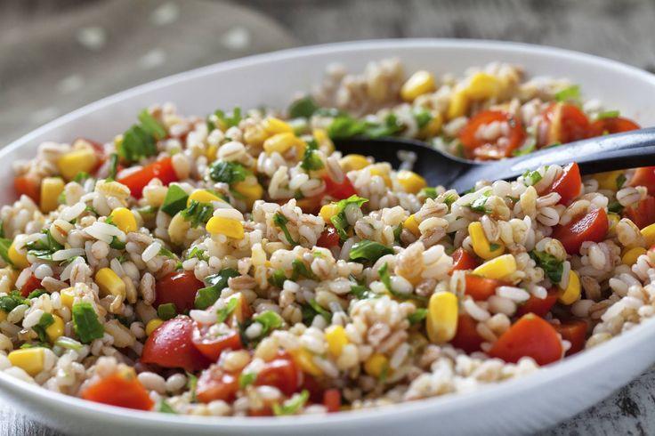 La ricetta dell'insalata di farro e orzo: ingredienti e preparazione di questo delizioso primo piatto ideale da preparare per un pic nic.