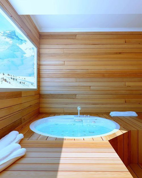 Sauna and hot tub with a mountain view? Yes, please!