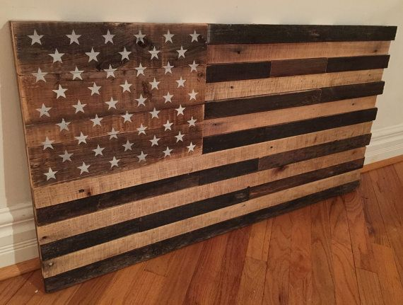 Montrer votre patriotisme avec lun de ces drapeaux américains de la palette recyclée. Celui sur la photo mesure 42 large X 22 haut. Jai appliquer une